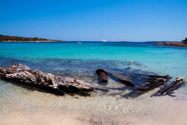 Montebello21 ✓ Spiaggia del Relitto a Caprera nell'Arcipelago di La Maddalena